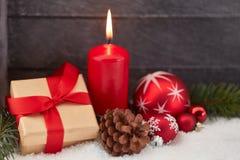 Подарок рождества и красная свеча Стоковое фото RF