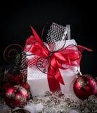 Подарок рождества и красные шарики рождества на черной предпосылке Стоковая Фотография RF