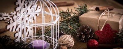 Подарок рождества и украшение рождества на деревянной предпосылке Стоковая Фотография RF