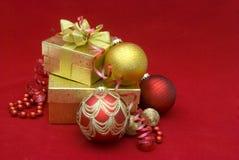 подарок рождества коробки шариков Стоковая Фотография RF