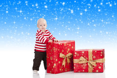 подарок рождества мальчика коробки младенца Стоковая Фотография