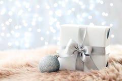 Подарок рождества на мехе стоковая фотография