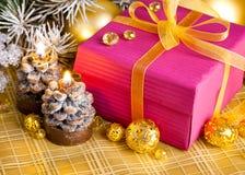Подарок рождества с firtree ветви Стоковое Фото