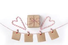 Подарок, свечи, леденцы на палочке, примечания с желанием на зажимках для белья, верхней частью VI стоковые изображения rf