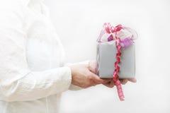 подарок смычка держал славных женщин Стоковое Изображение RF