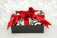 Подарок с красными тесемкой и смычком. Стоковая Фотография RF