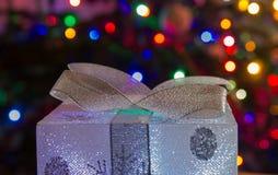 Подарок с светами на предпосылке стоковые фотографии rf