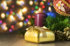 Подарок с 2 свечами и рождество забавляются с пестроткаными светами на предпосылке Стоковое Изображение RF