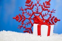 Подарок с смычками и снежинкой красного цвета Стоковое Фото