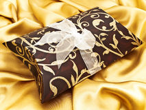 подарок ткани золотистый стоковое изображение rf