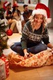 Подарок упаковки девушки для рождества Стоковое Изображение RF