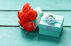 Подарочная коробка бирюзы и розовые цветки Стоковая Фотография