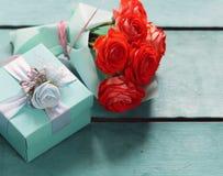 Подарочная коробка бирюзы и розовые цветки Стоковое Изображение