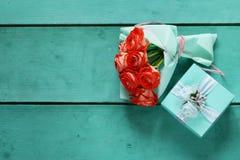 Подарочная коробка бирюзы и розовые цветки Стоковое фото RF