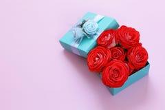 Подарочная коробка бирюзы и розовые цветки Стоковое Фото