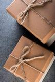 Подарочная коробка 2 Брайнов на темной предпосылке Настоящий момент рождества, Нового Года, дня рождения или дня валентинки Стоковая Фотография RF