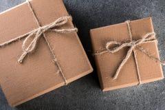 Подарочная коробка 2 Брайнов на темной предпосылке Настоящий момент рождества, Нового Года, дня рождения или дня валентинки Стоковая Фотография
