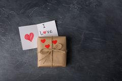 Подарочная коробка валентинки St в бумаге ремесла, с примечанием на черном ch Стоковая Фотография