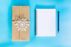 Подарочная коробка взгляд сверху коричневые и бумага тетради на Новый Год на сини Стоковые Фото