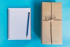 Подарочная коробка взгляд сверху коричневые и бумага тетради на Новый Год на сини Стоковое Фото