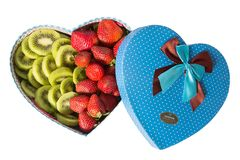 Подарочная коробка в форме сердца на день ` s валентинки изолирована на белой предпосылке Коробка в форме сердца с Стоковые Фотографии RF