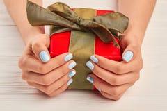 Подарочная коробка в хорошо выхоленных женских руках Стоковое Изображение