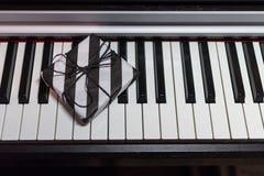 Подарочная коробка в striped черно-белой упаковке на клавиатуре рояля стоковая фотография