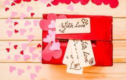 Подарочная коробка дня ` s валентинки красная с зазором для бумажных валентинок Стоковая Фотография RF