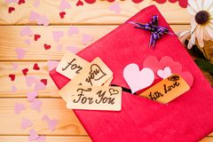 Подарочная коробка дня ` s валентинки красная с зазором для бумажных валентинок Стоковое Изображение RF