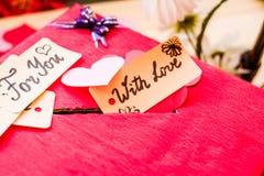 Подарочная коробка дня ` s валентинки красная с зазором для бумажных валентинок Стоковые Изображения RF