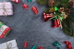 подарочная коробка ели колокола рождества с счастливого рождествами текста на камне Стоковые Изображения RF