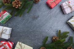 Подарочная коробка ели колокола рождества с счастливого рождествами текста Стоковое фото RF