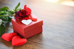 Подарочная коробка концепции любов цветка подарочной коробки дня Святого Валентина красная с красными розами смычка ленты цветет  стоковые фото