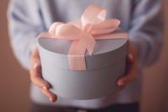 Подарочная коробка красивого круга голубая с розовым смычком стоковые фото