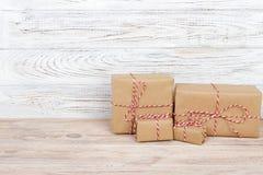 Подарочная коробка на деревянной предпосылке красная тесемка Подарок дня валентинки Стоковые Фото