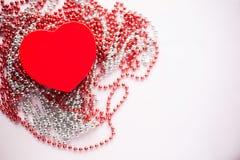 Подарочная коробка на праздничной запачканной предпосылке Красное сердце Подарок дня ` s Валентайн стоковые изображения rf