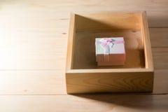 Подарочная коробка обернула настоящие моменты рождества и Newyear с смычками и лентами, рамку рождества предпосылка дня рождестве Стоковые Фотографии RF