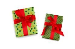 Подарочная коробка обернутая в ленте зеленой книги и красного цвета Стоковое Изображение