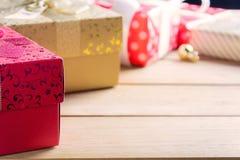 Подарочная коробка присутствующая на деревянном столе с рождеством Стоковые Фотографии RF