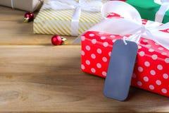 Подарочная коробка присутствующая на деревянном столе с рождеством Стоковое Изображение RF