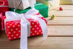 Подарочная коробка присутствующая на деревянном столе с рождеством Стоковое фото RF