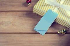 Подарочная коробка присутствующая на деревянном столе с рождеством Стоковые Изображения