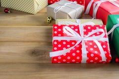 Подарочная коробка присутствующая на деревянном столе с рождеством Стоковая Фотография RF