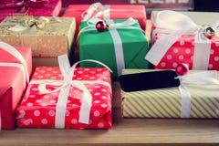 Подарочная коробка присутствующая на деревянном столе с рождеством Стоковые Фото