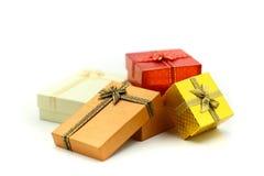 Подарочная коробка рождества использующ для концепции поздравительной открытки праздника стоковые изображения rf
