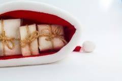 Подарочная коробка рождества и шляпа santa на белой предпосылке Стоковое Фото