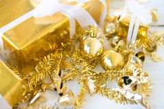 Подарочная коробка рождества на белой деревянной предпосылке панели стоковое изображение rf