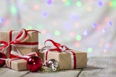 Подарочная коробка рождества с шариками против предпосылки bokeh американская карточка 3d красит сферу форм соотечественника пем  Стоковое фото RF