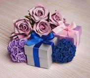 Подарочная коробка с букетом цветков на деревянной предпосылке Стоковое Изображение