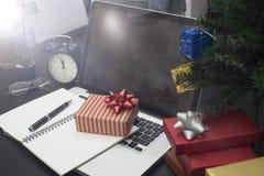Подарочная коробка с компьютером на столе рождество офиса концепции Стоковая Фотография